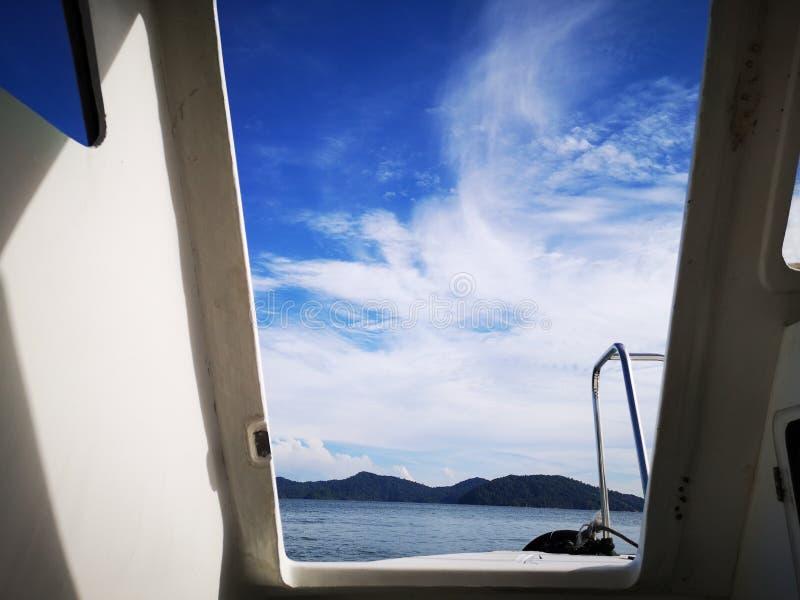 Patrzejący za wyjścia drzwi nur łódź od w kierunku Tunku Abdul Rahman parka, Kot Kinabalu Sabah, Malezja borneo zdjęcie royalty free