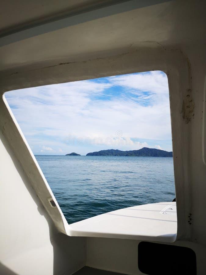 Patrzejący za wyjścia drzwi nur łódź od w kierunku Tunku Abdul Rahman parka, Kot Kinabalu Sabah, Malezja borneo obrazy stock