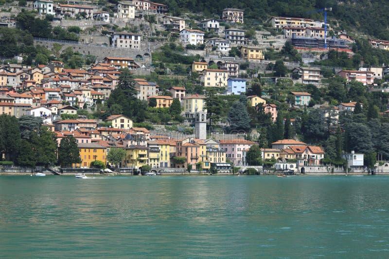 Patrzeje Carate Urio, grodzka panorama, banka deptak w Jeziornym Como obrazy stock