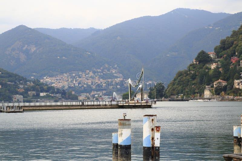 Patrzeje Como, desantowa scena, schronienie z banka deptakiem w Jeziornym Como Włochy obraz stock