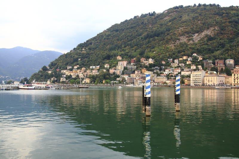 Patrzeje Como, desantowa scena, schronienie z banka deptakiem w Jeziornym Como Włochy zdjęcie stock