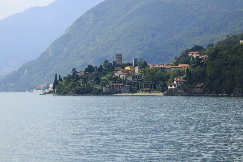 Patrzeje grodowego Rezzonico w San Siro, grodzka panorama, banka deptak w Jeziornym Como zdjęcie stock