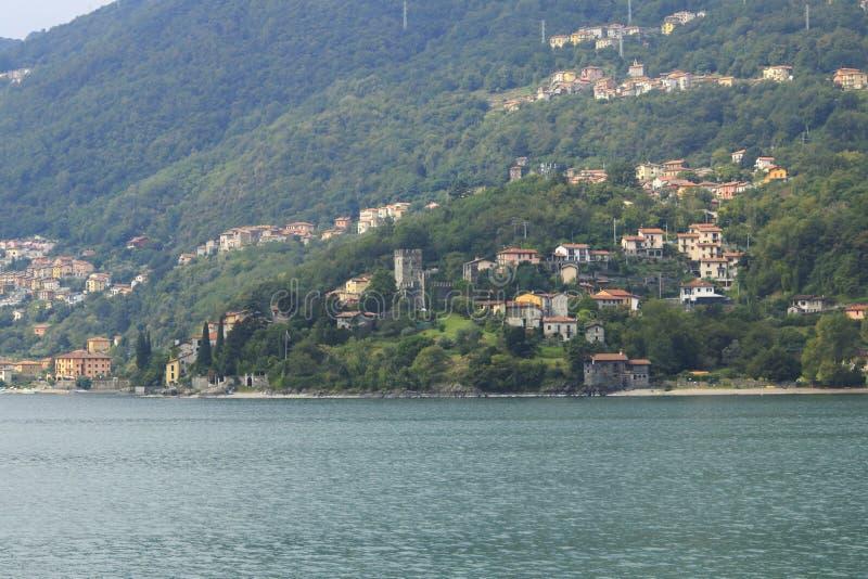 Patrzeje grodowego Rezzonico w San Siro, grodzka panorama, banka deptak w Jeziornym Como fotografia stock