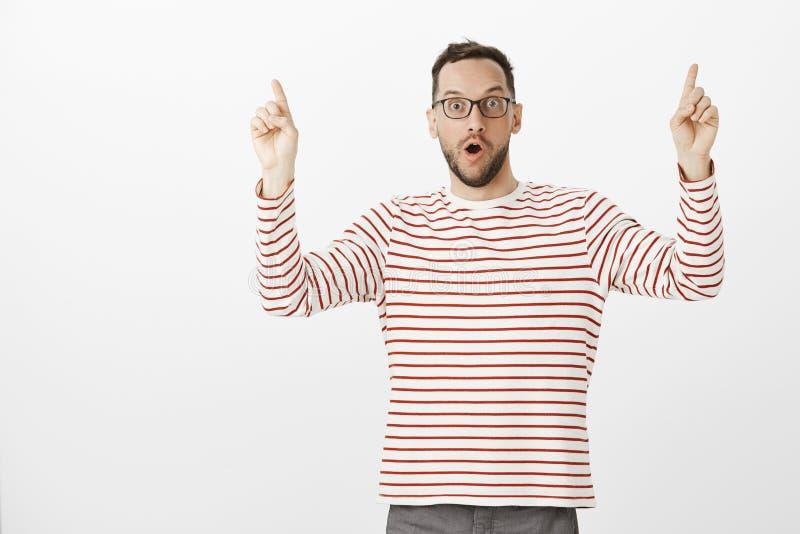 Patrzeje, ja jest niewiarygodny Portret imponujący z podnieceniem przystojny europejski mężczyzna z szczecina w szkłach, podnosi  zdjęcie stock