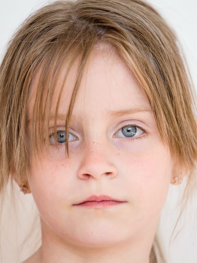 Patrzeje młodej dziewczyny zbliżenie obrazy royalty free