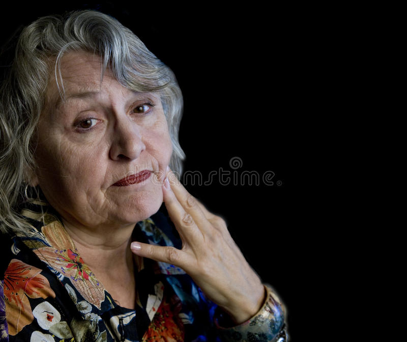 patrzeje martwiącej się starej kobiety obraz stock
