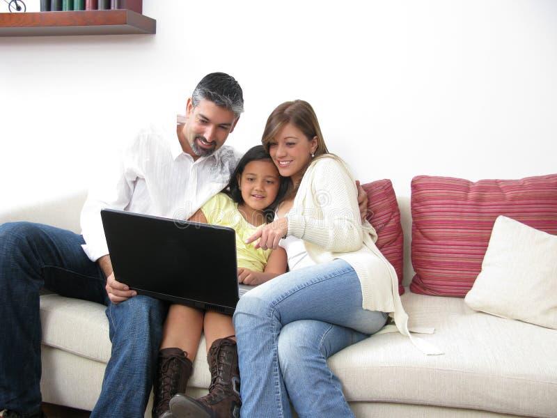 patrzeje notatnika rodziców syna whit obraz stock