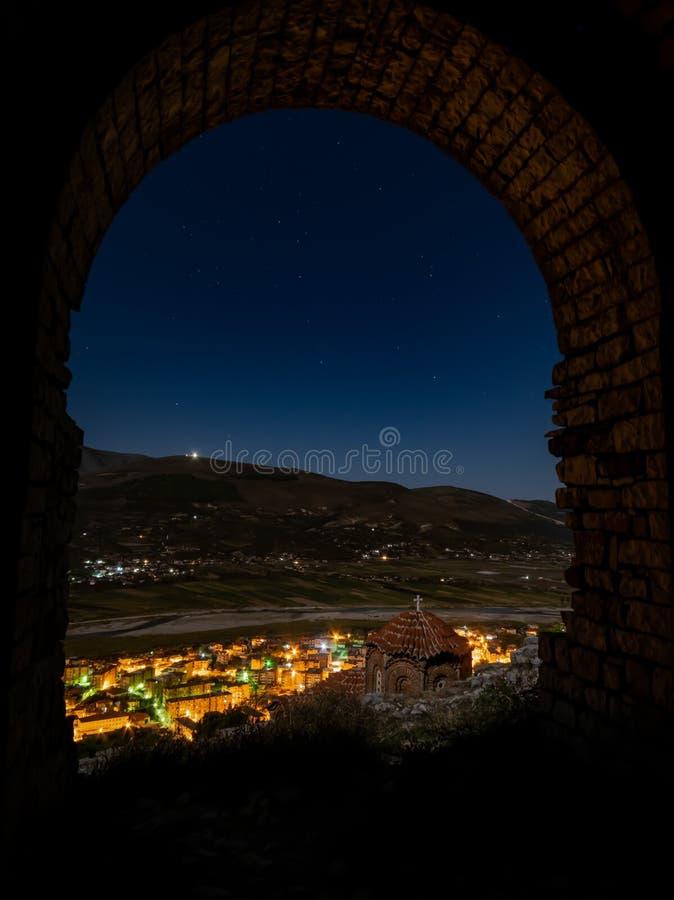 Patrzeje od Berat kasztelu przy nocą niebo stary miasteczko i, Albania zdjęcie stock