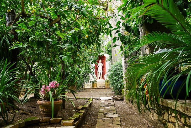 Patrzeje patio Wioska Punta San Vigilio na Jeziornym Gardzie, Włochy obrazy royalty free
