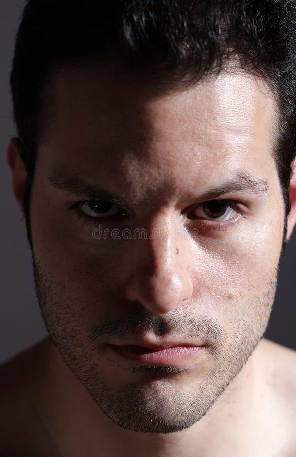 patrzeje poważnych mężczyzna potomstwa zdjęcie stock