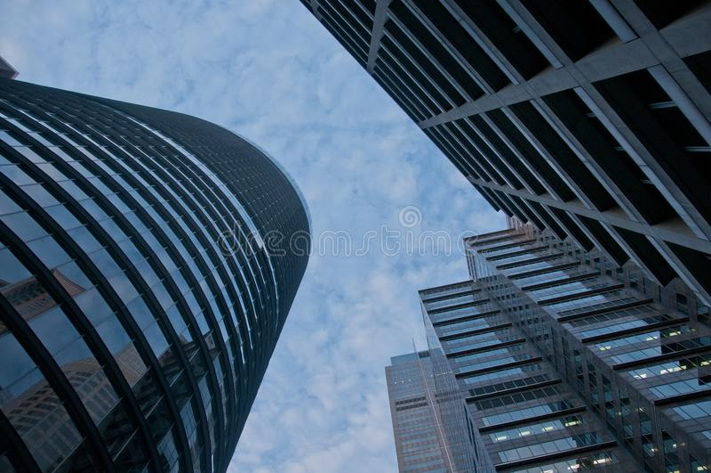 Patrzeje up na wysokim niebie i nowożytnych korporacyjnych budynkach biurowych zdjęcie stock