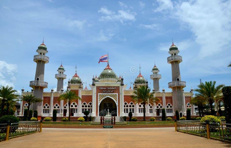 Pattani centrale moskee met vijverminaretten en Thaise vlag Thailand stock afbeelding
