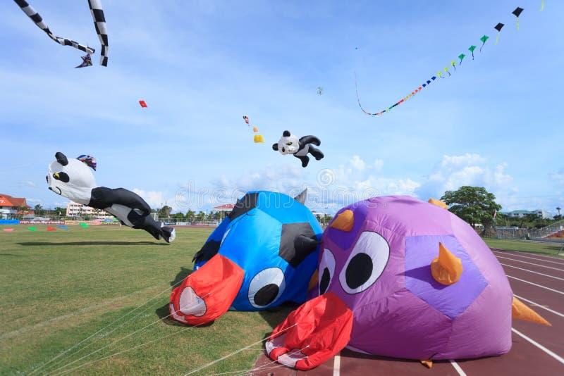 Pattani - 9 de março - muitos papagaios da fantasia no papagaio internacional imagem de stock
