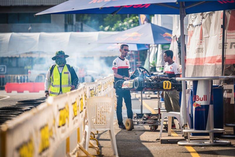 PATTATA, TAILANDIA 26 MAGGIO: Il gruppo del tecnico sta preparando l'automobile dei go-kart per competere per la pista In immagini stock libere da diritti