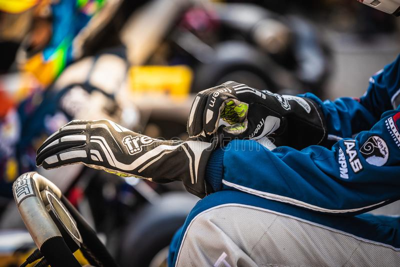 PATTATA, THA?LANDE 26 MAI : Vont les coureurs de kart se pr?parent ? l'?quipement moteur dans la course Dans photo stock