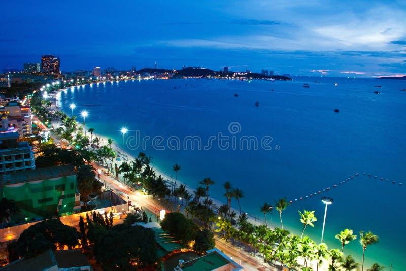 Pattaya市和海运在微明下,泰国 库存照片