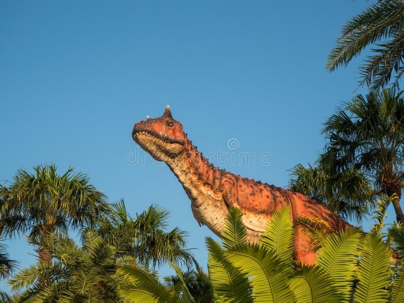 Pattaya, Ταϊλάνδη 14.2018 Απριλίου: Άγαλμα Carnotaurus σε ένα τροπικό πάρκο κήπων Suan Nongnooch, Pattaya, Ταϊλάνδη Το Carnotauru στοκ εικόνες