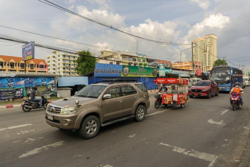 PATTAYA, ΤΑΪΛΑΝΔΗΣ - 28,2018 ΟΚΤΩΒΡΙΟΥ: Τρίτος δρόμος στην ημέρα υπάρχει πολλή κυκλοφορία στοκ φωτογραφία με δικαίωμα ελεύθερης χρήσης