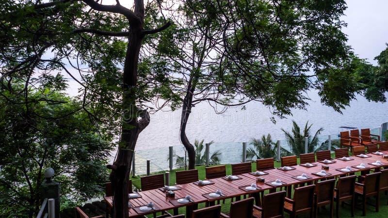 PATTAYA, ΤΑΪΛΑΝΔΗ - 14 Οκτωβρίου 2017: Το φυσικοί τοπίο, ο πίνακας και οι καρέκλες στο πεζούλι για να δειπνήσουν και απολαμβάνουν στοκ φωτογραφία με δικαίωμα ελεύθερης χρήσης