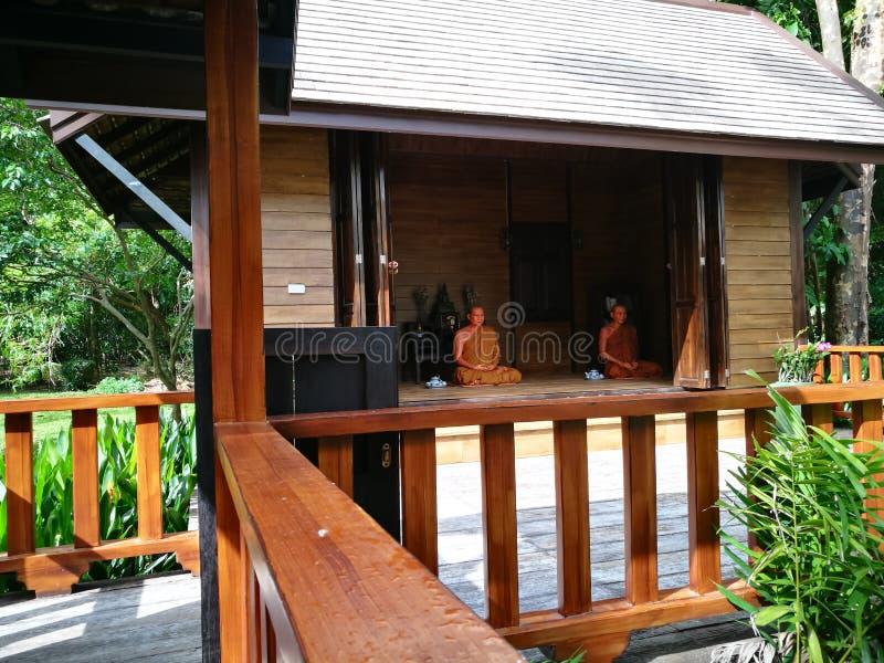 Pattaya Chonburi, Tailandia, el 27 de julio de 2017: la figura de cera del monje venerable tailandés en la casa foto de archivo