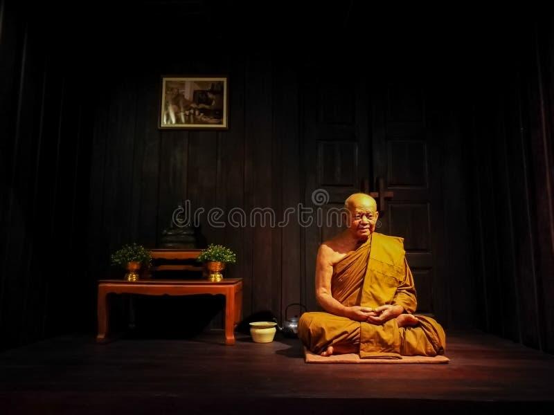 Pattaya Chonburi, Tailandia, el 27 de julio de 2017: la figura de cera del monje venerable tailandés en la casa imágenes de archivo libres de regalías