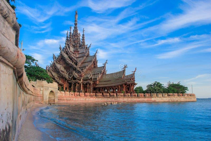 Pattaya, Chonburi, Tajlandia, 22 2012 Lipiec: Zewnętrzne fotografie od plaży wzdłuż ogrodzenia Drewniany sanktuarium prawdy muzeu fotografia royalty free