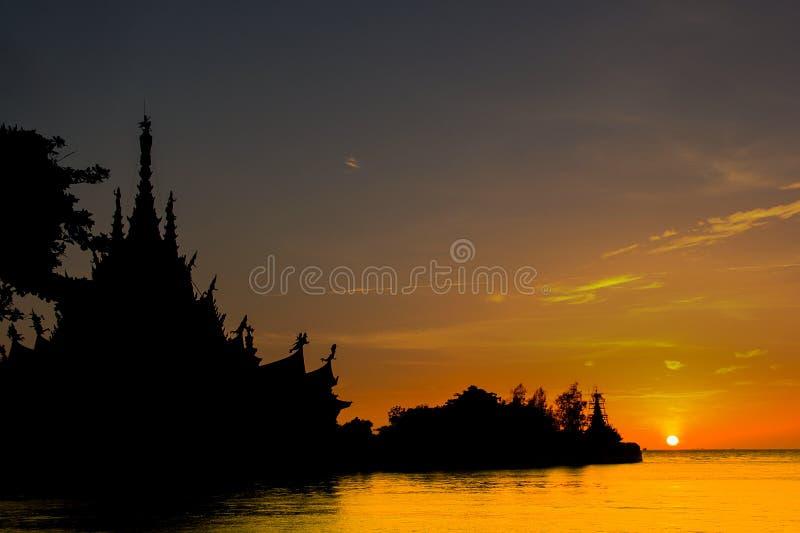 Pattaya Chonburi, Thailand, 21 Juli 2012: Härlig landskapsolnedgångskymning på fristaden av sanning Trämuseet arkivbild