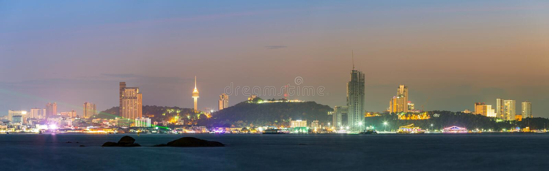 Pattaya stad i solnedgångtid arkivfoton