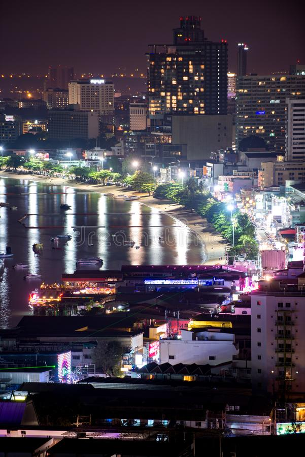 Pattaya-Stadt an der Nachtansicht von Pratumnak-Hügel übersehen Thailand lizenzfreies stockfoto