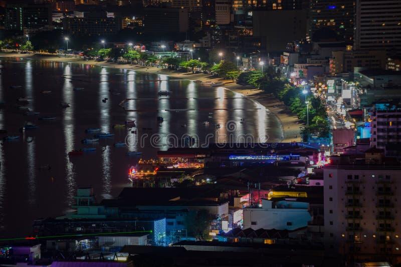Pattaya-Stadt an der Nachtansicht von Pratumnak-Hügel übersehen Thailand lizenzfreie stockfotos