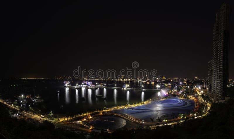 Pattaya-Stadt-Hafen und im Stadtzentrum gelegenes nachts von Pratumnak-Standpunkt lizenzfreie stockfotografie