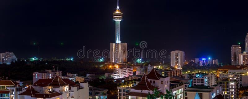 Pattaya-Stadt-Skyline an der Nachtansicht von Pratumnak-Hügel übersehen lizenzfreies stockbild