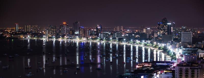 Pattaya-Stadt und -strand an der Nachtansicht von Pratumnak-Hügel overloo lizenzfreie stockfotografie