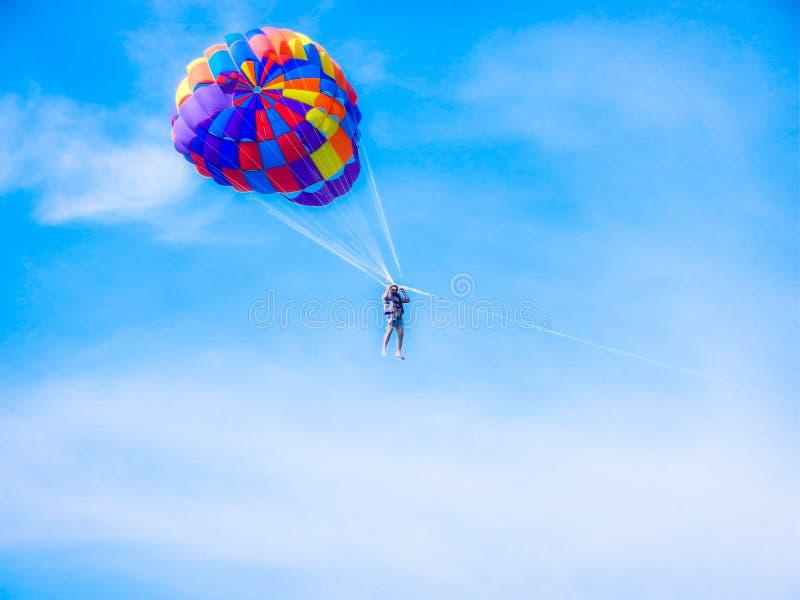 pattaya strand, pattaya Thailand aisa, 2nd december 2014: manflyghöjdpunkten i himlen med hoppa fallskärm arkivfoton