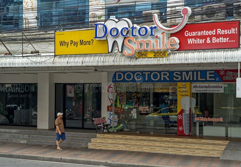 PATTAYA, TAILÂNDIA - ABRIL 16,2018: A estrada sul de Pattaya isto é ohne de muitas clínicas dentais fotografia de stock