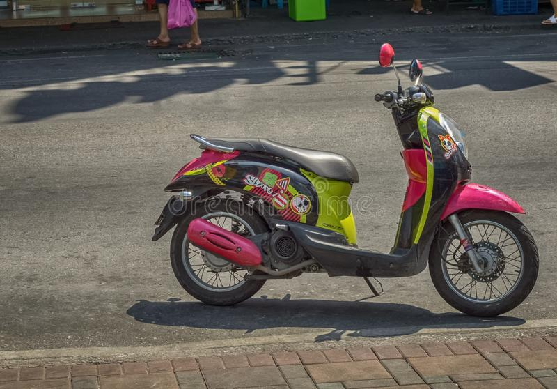 PATTAYA, TAILÂNDIA - ABRIL 15,2018: A estrada sul de Pattaya isto é um velomotor projetado colorido fotografia de stock