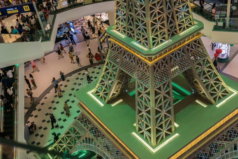 PATTAYA, TAILÂNDIA - OUTUBRO 19,2018: O terminal 21 isto é uma réplica menor da torre de Eifel foto de stock royalty free