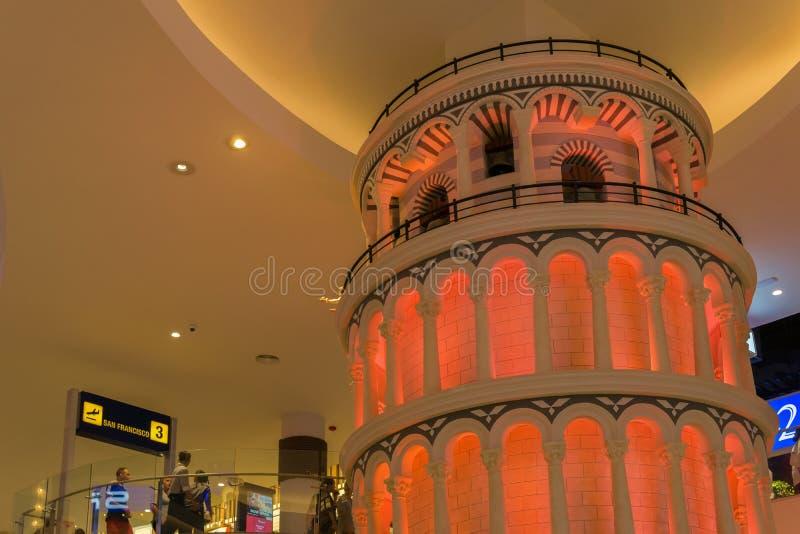 PATTAYA, TAILÂNDIA - OUTUBRO 19,2018: O terminal 21 isto é uma réplica menor da torre de Pisa imagens de stock royalty free
