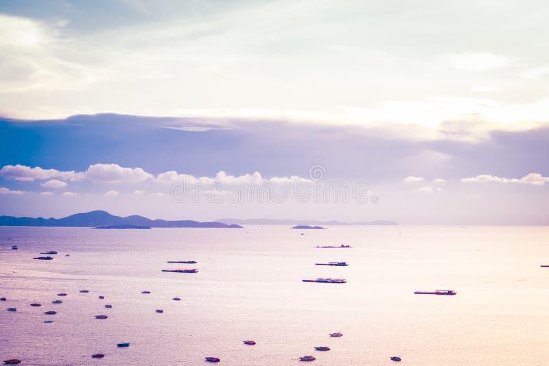 Pattaya, Tailandia - 30 aprile 2019: lotto della nave o della barca sull'oceano del mare della baia di Pattaya e sulla città in T immagini stock