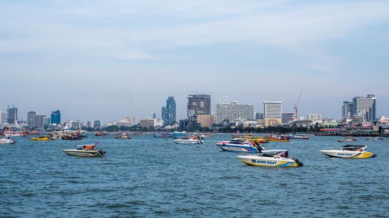 PATTAYA, TAILANDIA - 14 de enero - 2018: Ciudad de Pattaya - opinión de la playa de Bali Hai Pier de la ciudad en verano, provinc foto de archivo