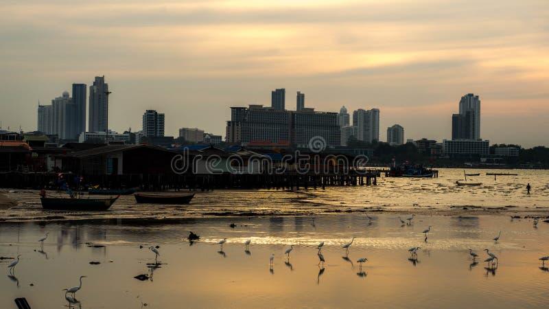 PATTAYA, TAILANDIA - 14 de enero - 2018: La casa de muchos pescadores por el mar en la atmósfera natural en la puesta del sol La  fotografía de archivo