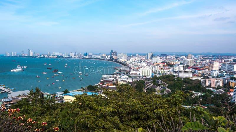 PATTAYA, TAILANDIA - 14 de enero - 2018: Vista de la opinión de la playa y del mar de la ciudad de pattaya en el punto de vista d fotos de archivo