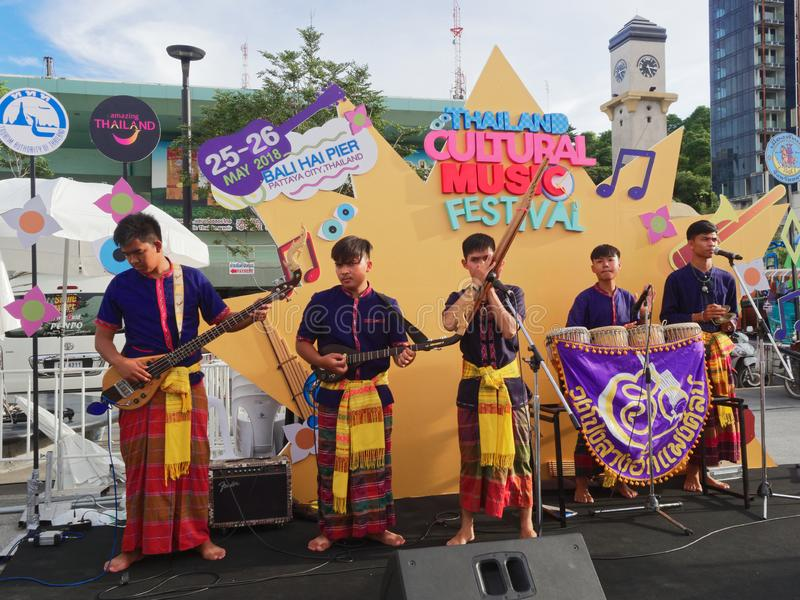 PATTAYA, TAILANDIA - 25 DE MAYO DE 2018: Banda popular local tailandesa de Isan que se realiza en etapa en festival de música cul imagenes de archivo