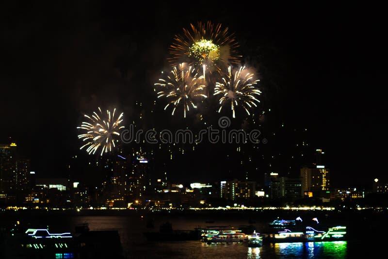 Pattaya Tailandia I fuochi d'artificio internazionali mostrano il festival Bei fuochi d'artificio immagini stock