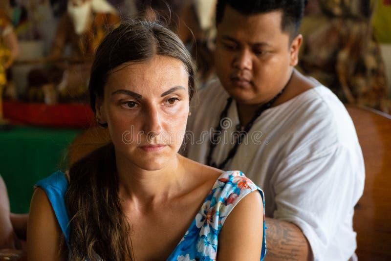 Pattaya, Tailandia - 15 maggio 2019: Il Master fa il tatuaggio tradizionale di Yantra sulla festa magica di Sak Yant del tatuaggi immagini stock