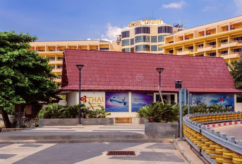 PATTAYA, TAILANDIA - OCTUBRE 12,2018: Beachroad esto es una oficina de viaje de Thai Airways fotografía de archivo