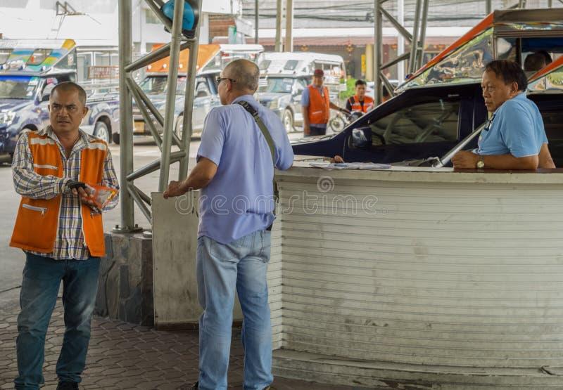 PATTAYA, TAILANDIA - OCTUBRE 27,2018: Los conductores centrales del camino de Pattaya están esperando en el término de autobuses fotografía de archivo