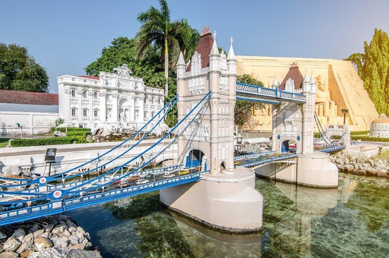 PATTAYA TAJLANDIA, Kwiecień, - 10 2016: Basztowy most, angielszczyzny w Mini Siam parku Pattaya Ja budował w 1986 fotografia stock