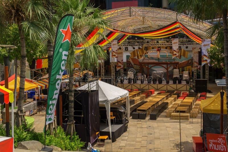 PATTAYA TAJLANDIA, PAŹDZIERNIK, - 12,2018: Środkowy festiwal Blisko beachroad w plenerowym terenie centrum handlowe i był turysty fotografia royalty free