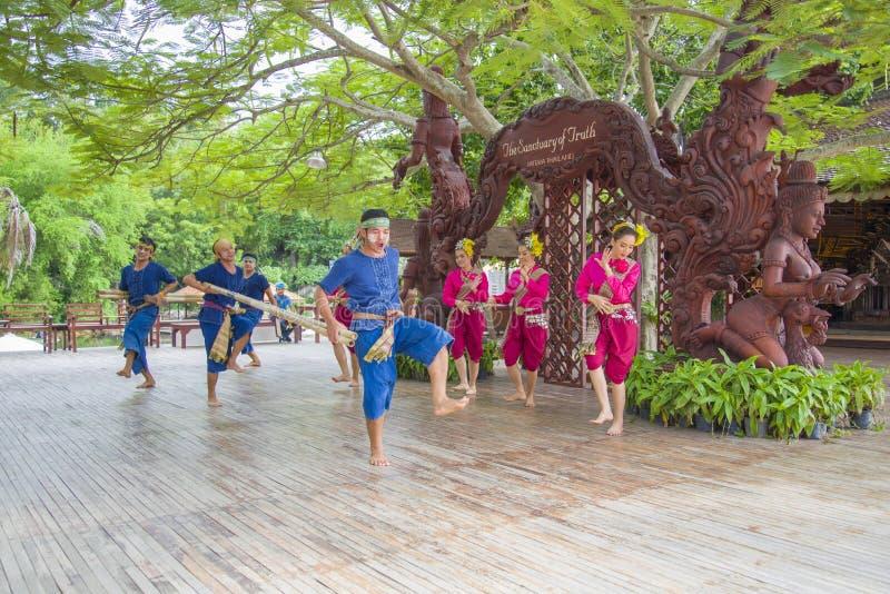 Pattaya Tajlandia, Wrzesień, - 14: Tradycyjny występ aktorzy przy świątynią prawda, na 14 2014 Wrześniu obrazy royalty free